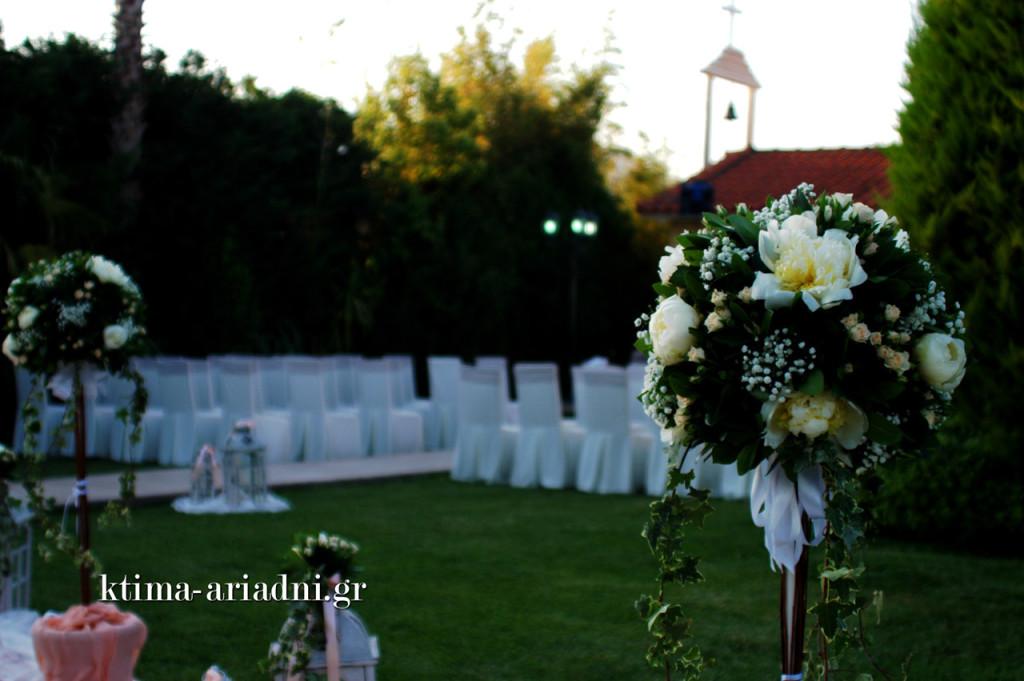 Ο γάμος της Δήμητρας και του Νίκου τελέστηκε στο εκκλησάκι του Αγίου Γεωργίου στον χώρο Κνωσσός του κτήματος Αριάδνη.