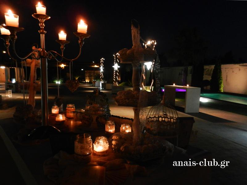 Τα κεριά και ο ατμοσφαιρικός φωτισμός στο Anais Club συνθέτουν ένα ρομαντικό σκηνικό