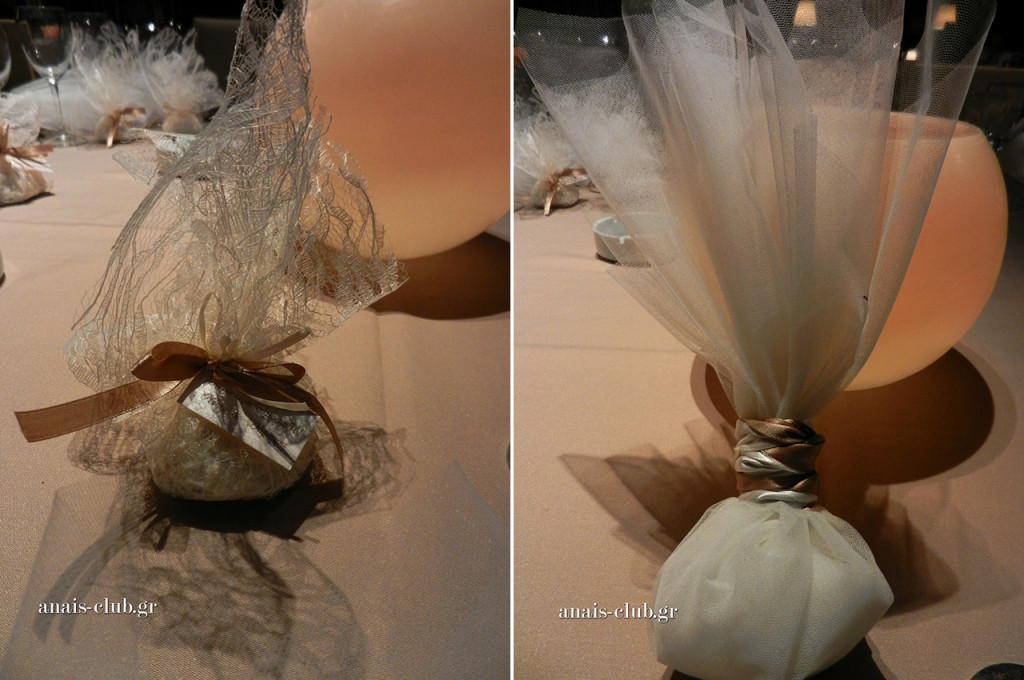 """Μια μικρή μπομπονιέρα με δαντελωτό ύφασμα έγραφε """"Σας ευχαριστούμε"""" και συνόδευε τη μεγάλη τούλινη μπομπονιέρα γάμου, που τοποθετήσαμε στις θέσεις των καλεσμένων"""