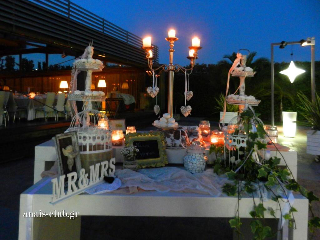 Ρομαντικό με vintage στοιχεία, το τραπέζι ευχών, ήταν το πρώτο που τράβηξε τα βλέμματα και δήλωσε το στυλ της δεξίωσης