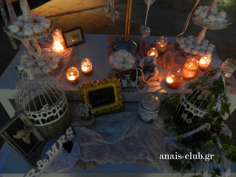 Ρομαντικό το ύφος και στο τραπέζι με το βιβλίο ευχών. Τα vintage αντικείμενα, τα κεριά και τα γλυκά κεράσματα δημιουργούν ένα υπέροχο σύνολο