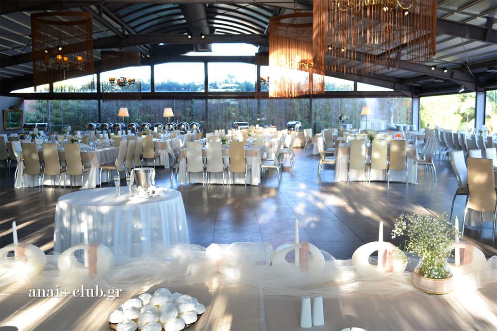 Από το νυφικό τραπέζι, το ζευγάρι, οι κουμπάροι και οι γονείς βλέπουν όλους τους καλεσμένους στα τραπέζια