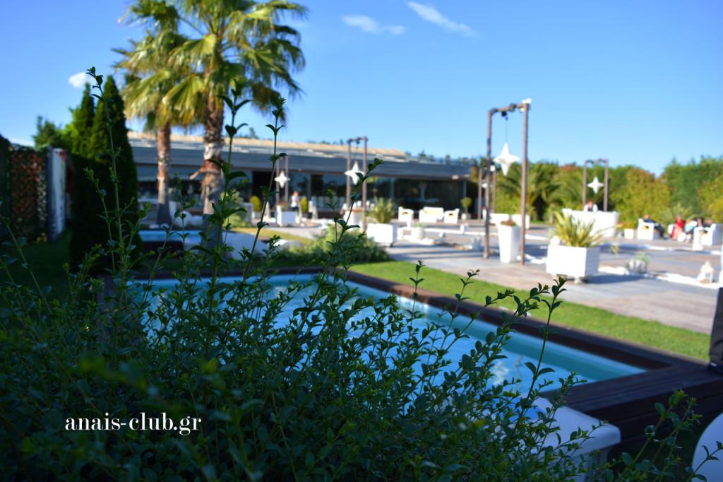Γενική άποψη του εξωτερικού χώρου στο Anais Club στη Βαρυμπόμπη