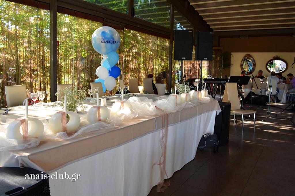Το γαμήλιο τραπέζι και δίπλα του οι θέσεις της ορχήστρας, που θα κρατήσει ζωντανό το κέφι όλο το βράδυ