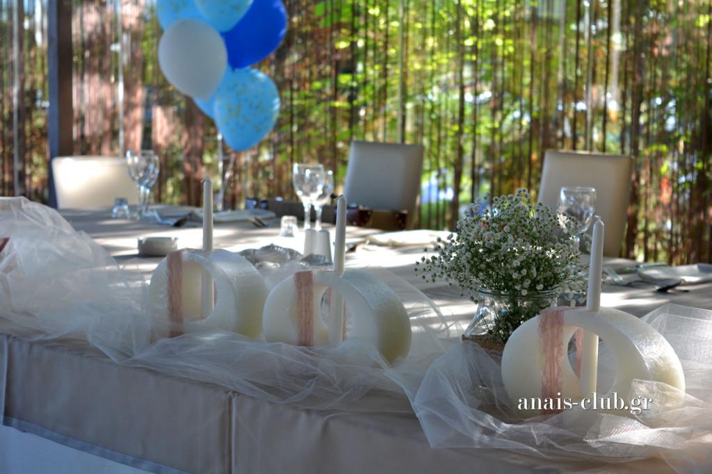 Γαμήλιο τραπέζι με στολισμό από μπαλόνια για τα νεοφώτιστα διδυμάκια