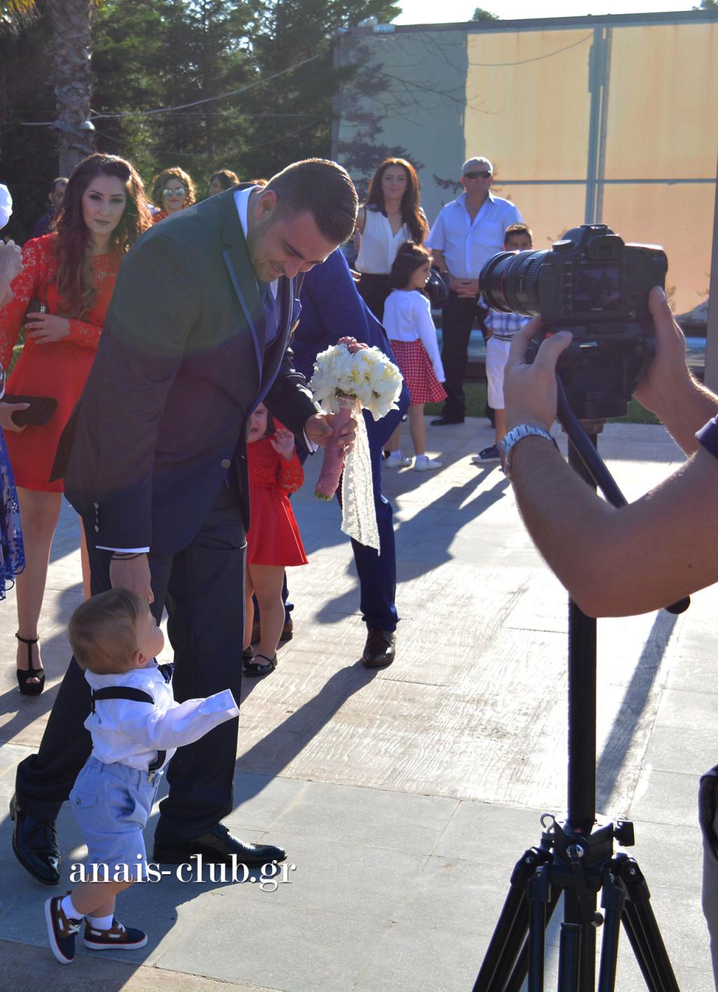 Όταν δεν είσαι απλά γαμπρός, αλλά και μπαμπάς.... κάνεις και βόλτες με τον γιο σου!