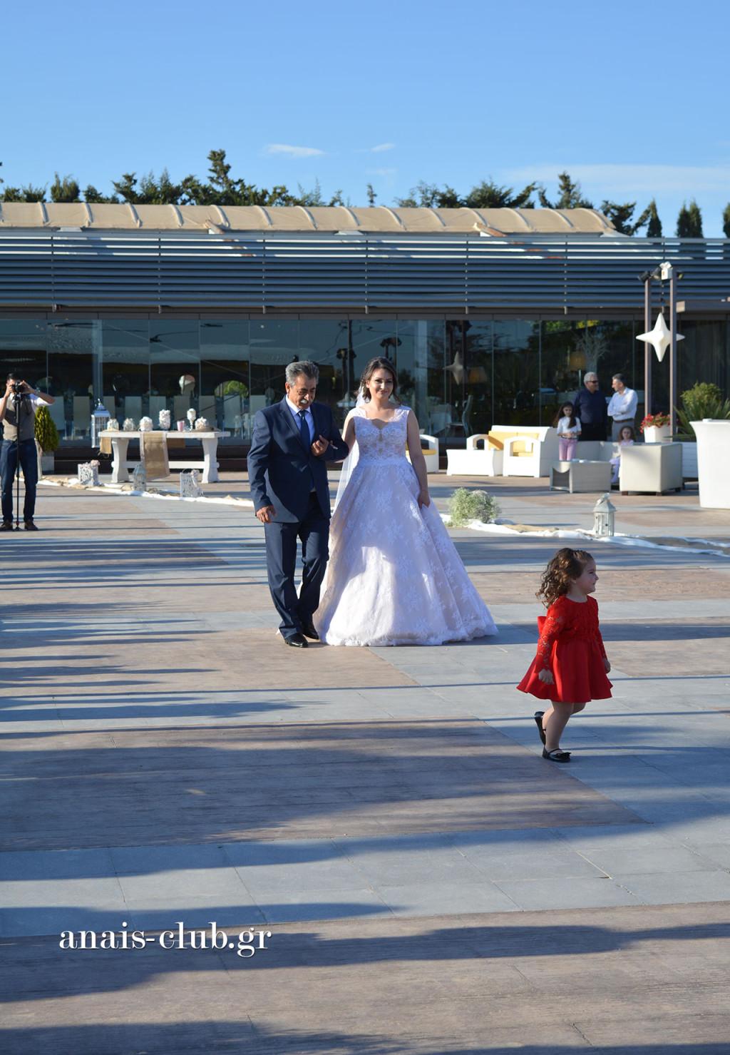 Η μεγάλη στιγμή για κάθε πατέρα να οδηγεί την κόρη του στην εκκλησία και για κάθε νύφη που συνοδεύεται στο δρόμο προς τον άντρα της