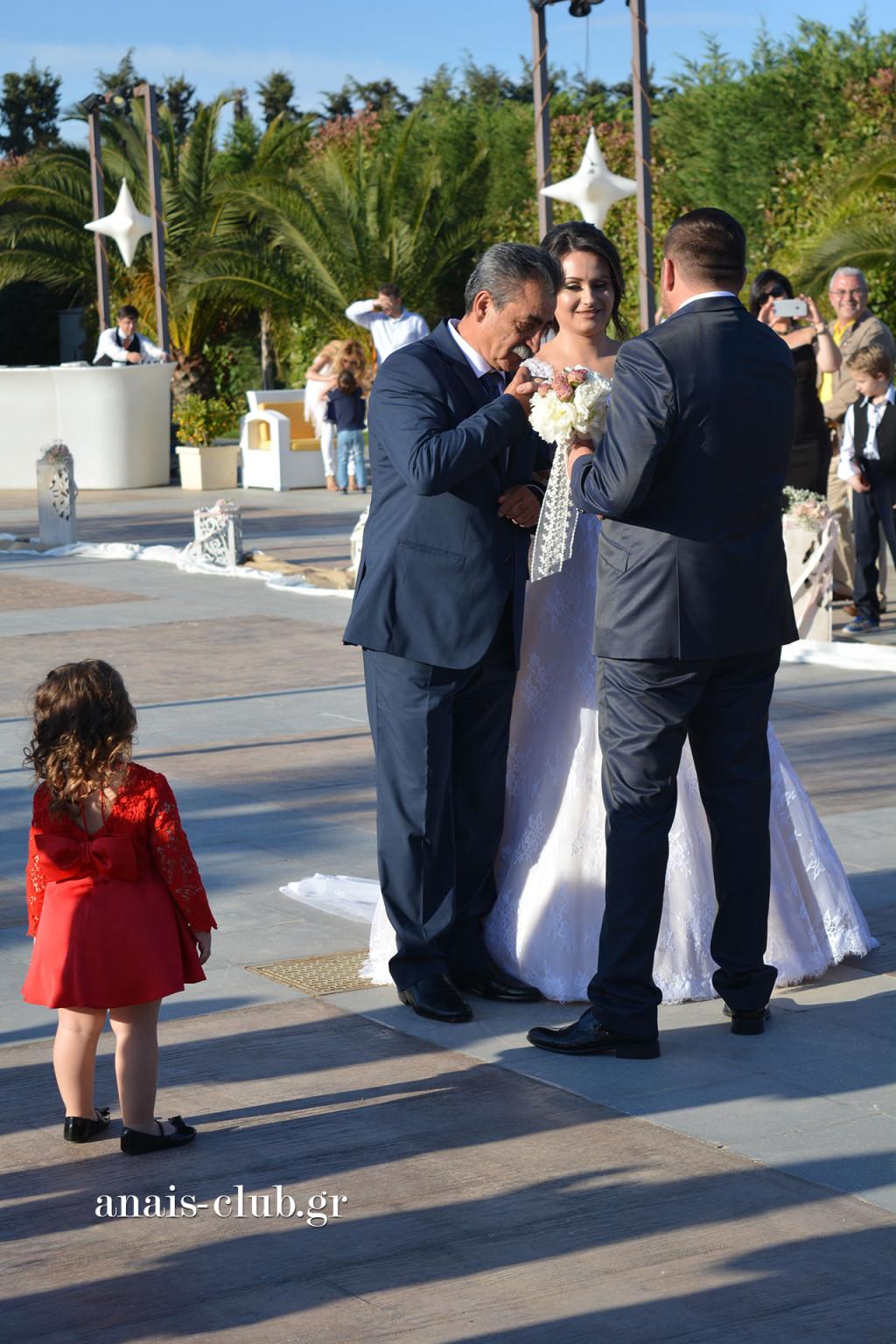 Ανεπανάληπτη στιγμή η ώρα της παράδοσης της νύφης από τον πατέρα της. Τόσο τρυφερή στιγμή και με τόσο έντονη συγκίνηση!