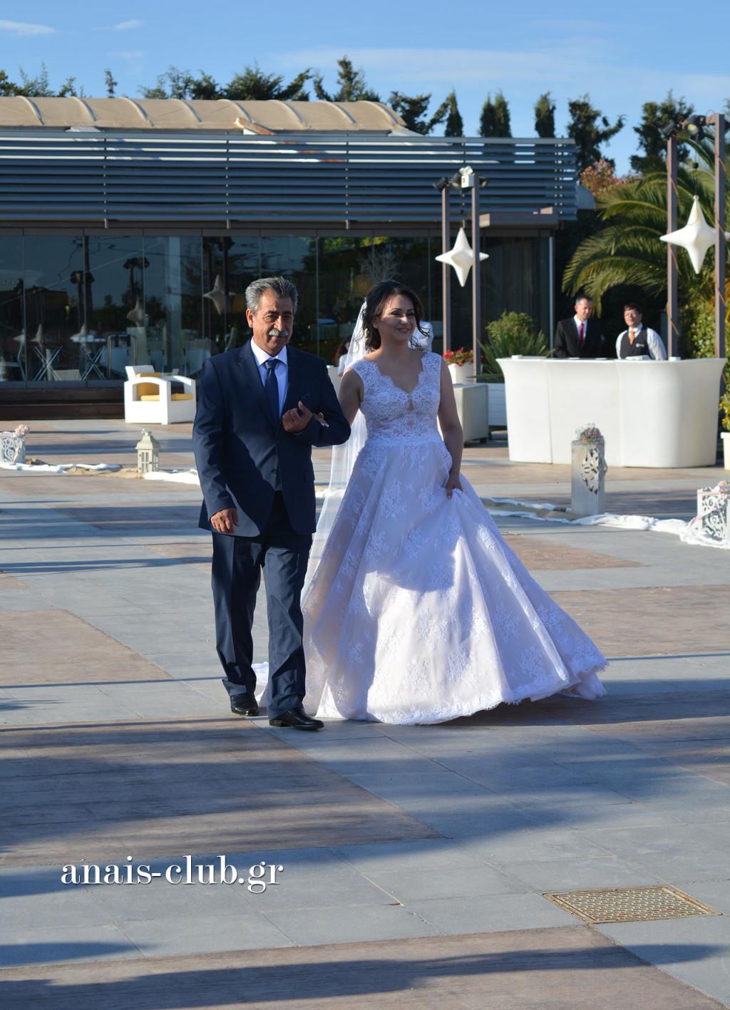 Πατέρας και κόρη κατευθύνονται προς την εκκλησία, όπου περιμένει ο γαμπρός γεμάτος αγωνία, μαζί με τη μητέρα του