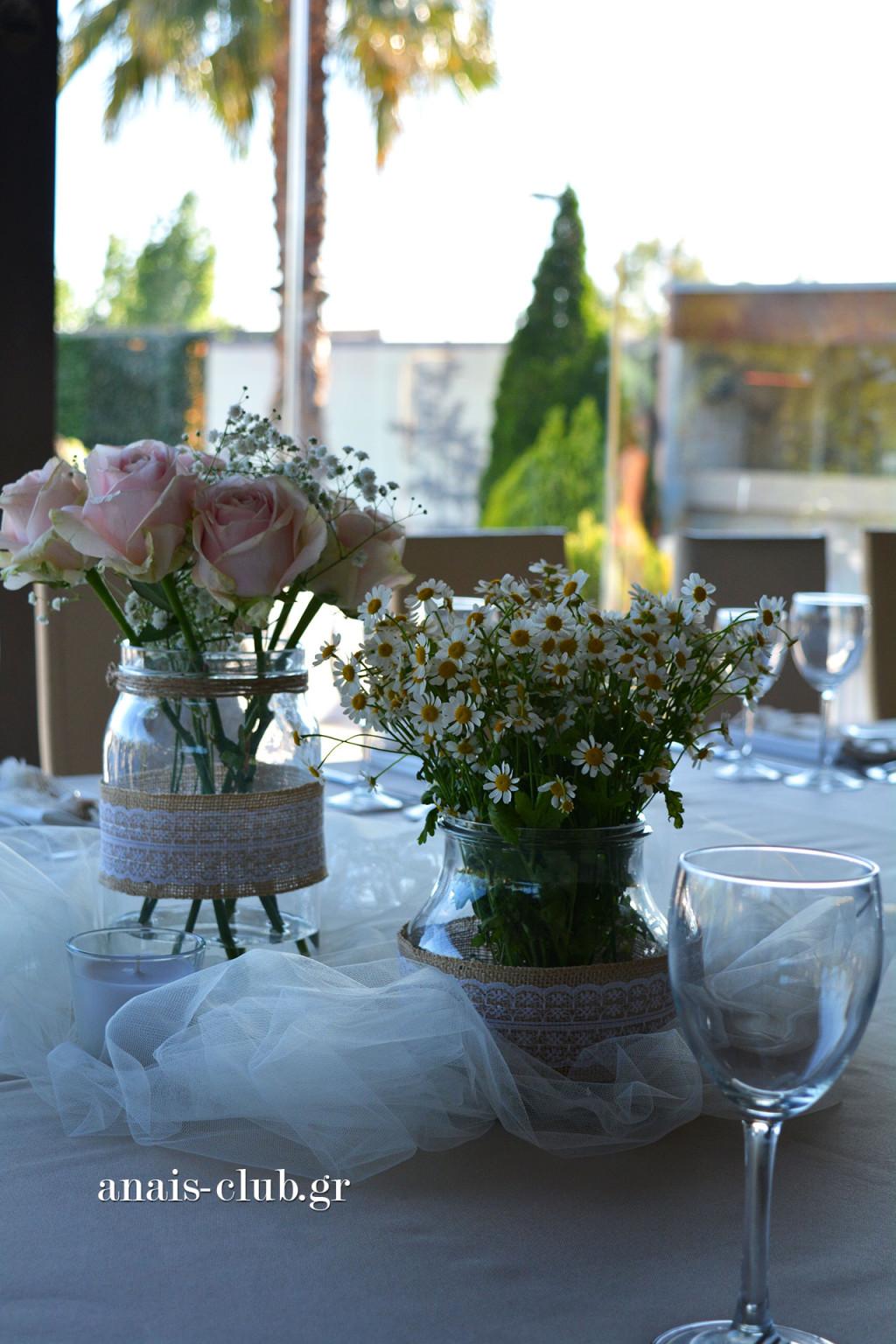Φρέσκα λουλούδια σε βαζάκια