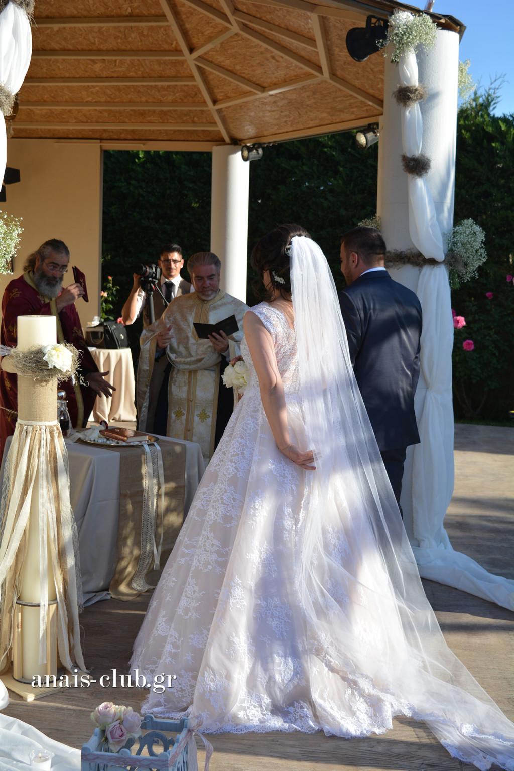 Την ώρα που το μυστήριο του γάμου ξεκινά στο εκκλησάκι του Anais Club στην Βαρυμπόμπη