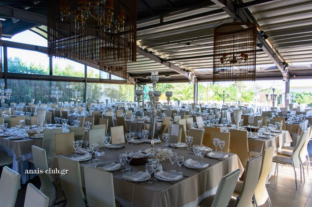 Τραπέζια στολισμένα με μεγάλα κηροπήγια