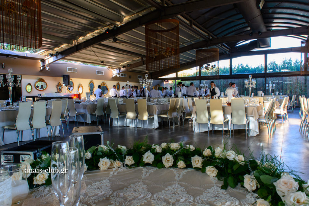 Στιγμιότυπα από την προετοιμασία της αίθουσας στο Anais Club
