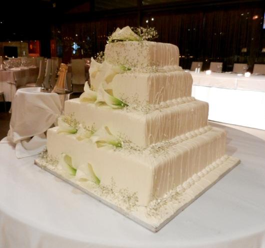 γαμήλια λευκή τούρτα διακοσμημένη με κρίνους