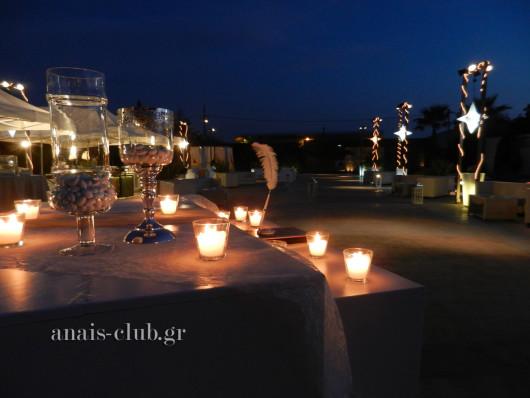 Άποψη του εξωτερικού χώρου στο Anais club με τον φωτισμό, τους μπουφέδες και το τραπέζι με το βιβλίο ευχών