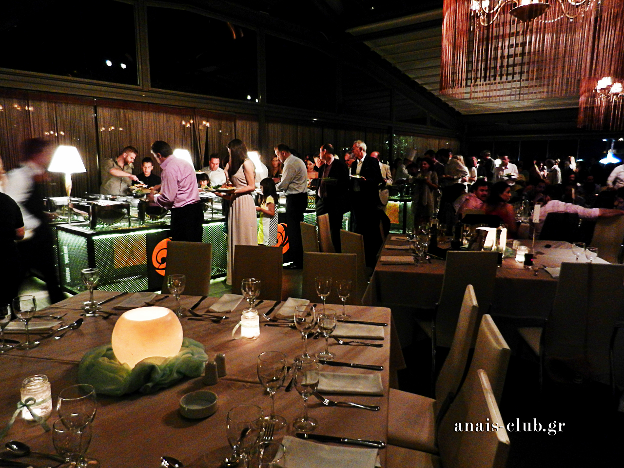 Οι καλεσμένοι σερβίρονται με σειρά και άνεση από τους πλούσιους σε γεύσεις μπουφέδες του Anais Club