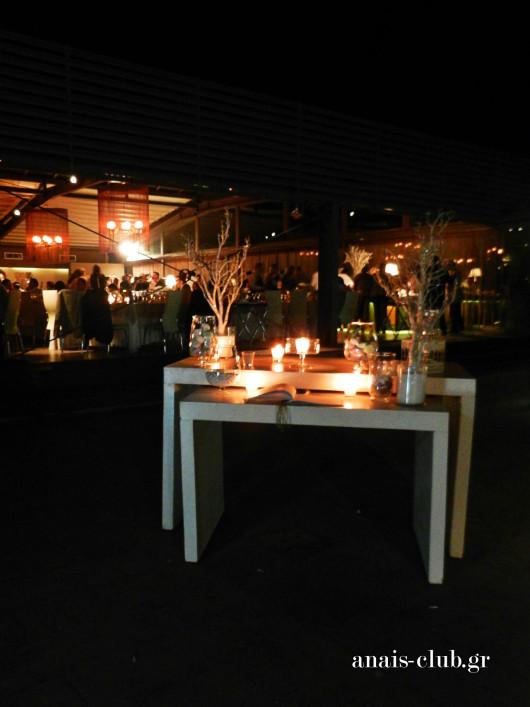 Το τραπέζι ευχών βρίσκεται έξω από την είσοδο της αίθουσας στο Anais Club και οι καλεσμένοι το επισκέπτονται κατά την άφιξή τους, μα και κατά τη διάρκεια της δεξίωσης