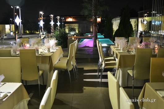 Άποψη της αίθουσας του Anais Club στη Βαρυμπόμπη με φόντο τις πισίνες στον κήπο με τις φωτιζόμενες ξαπλώστρες