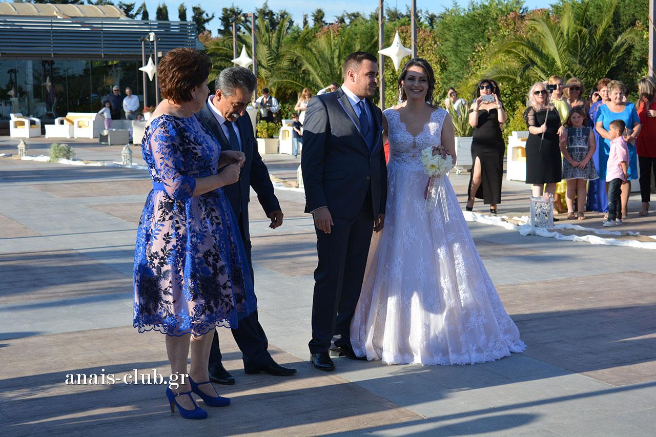 Το ζευγάρι, μαζί με τους γονείς τους, λίγο πριν ξεκινήσει το μυστήριο του γάμου στο εκκλησάκι του Anais Club στη Βαρυμπόμπη