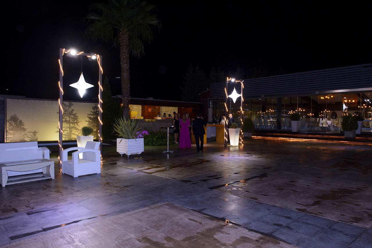 Άποψη του εξωτερικού χώρου, όπου λειτουργεί το outside bar για τα welcome drinks