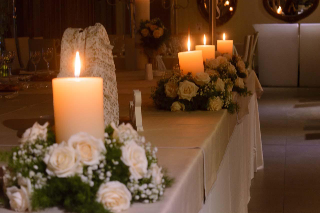 Κεριά και φρέσκα λουλούδια