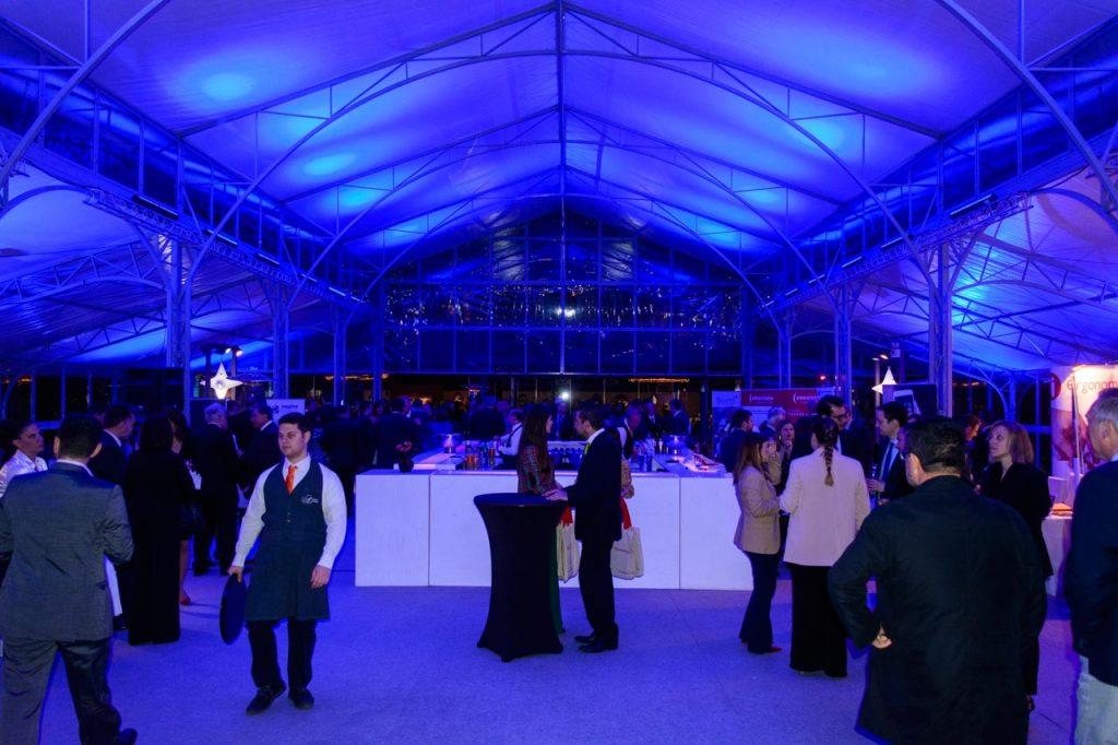 Χώρος υποδοχής με μεγάλο bar και stand χορηγών της εκδήλωσης