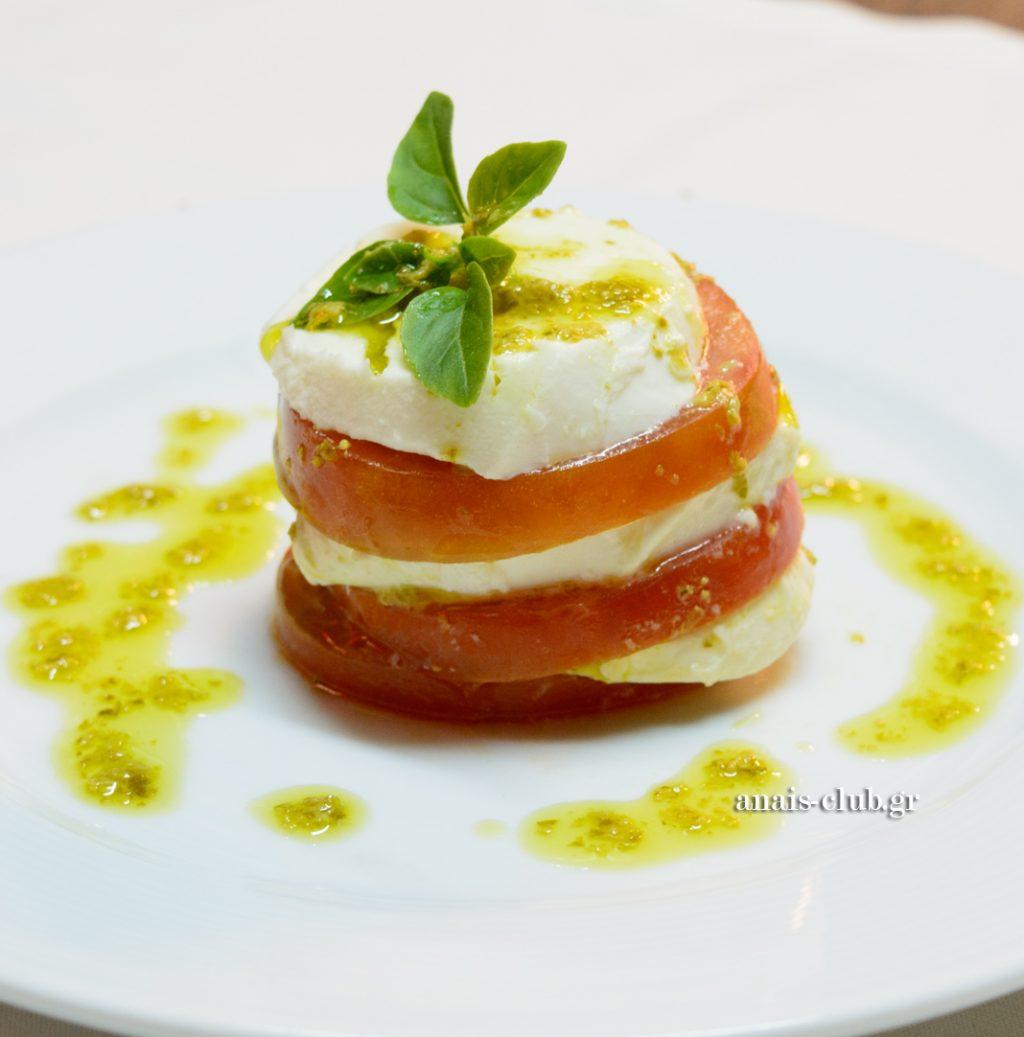 Πρώτο πιάτο ντομάτα μοτσαρέλα με μυρωδικά