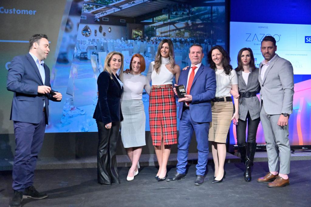 Στιγμιότυπο από τη βραδιά απονομής των Venue awards 2020 Η ομάδα του Anais club παραλαμβάνει το χρυσό βραβείο στην κατηγορία best in customer service